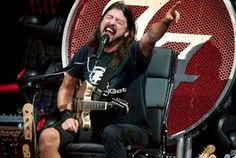 Dave Grohl rules from throne at Foo Fighters' St. Louis show : Entertainment