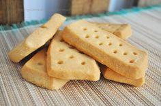 Nos encantan las recetas de galletas, no sé por qué pero siempre triunfan, así que cuando he visto esta receta de galletas escocesas de mantequilla he corrido a compartirla con todos vosotros. ¡No os la perdáis! Son muy muy parecidas a las de la famosa marca británica (ya sabéis todos cuál ;)). Cookie Desserts, Cookie Recipes, Delicious Desserts, Yummy Food, Diy Food, Cake Cookies, Cupcakes, Cooking Time, Cookie Decorating