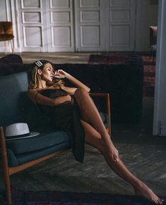 Este posibil ca imaginea să conţină: 1 persoană, stând jos şi interior High Fashion Poses, Fashion Model Poses, Fashion Photography Poses, Girl Photography, Female Poses, Female Portrait, Foto Fashion, Poses For Pictures, Photoshoot Inspiration