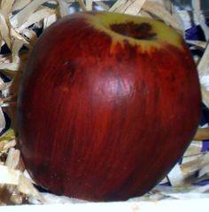 Sabonete Artesanal Maçã Vermelha <br>Produzida com matéria prima hipoalergênica <br>Base glicerinada branca, essência de maçã madura, extrato glicólico natural de maçã, lauril líquido, corante e pigmento cosmético a base de água. <br>Embalagem: Plástico especial para sabonetes e redinha limão <br>Preço referente a uma unidade <br>Produto feito a mão sob encomenda 100% artesanal <br>OBS: Embalagem com caixinha ripada de feira para pedidos a partir de 4 ou mais unidades.