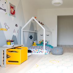 Projeto do DiyCore com roupa de cama @amomooui. A cama casinha com as cores da capa de edredom Chuva Colorida se destaca no quarto lúdico e divertido! Acompanhe a tour pelo quarto no canal do youtube da Karla Amadori. #quartodecrianca #kidsroom #colorido #ludico #decoracao