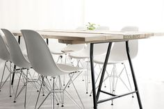 #Tafel van #steigerhout op #IKEA #schragen met leuke #witte #stoelen - #Table #wood IKEA support legs #white #chairs