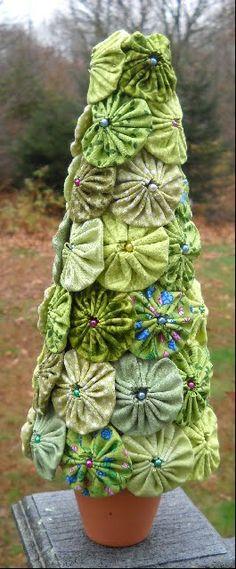 Fabric Yo Yo Crafts. Great use of those cute terra cotta pots