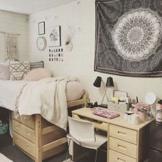 20 College Dorm Room Ideas to Channel Your Inner Minimalist With The hardest part of decorating your college dorm has gotta be coming up with ideas! Well no worries, because this list of minimalist dorm room ideas is just the inspiration you need! Minimalist Dorm, Minimalist Kitchen, Minimalist Packing, Modern Minimalist, Minimalist Wardrobe, Minimalist Interior, Ikea, Dorm Room Designs, Dorm Room Organization