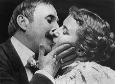 Questa è la storia del primo bacio che sia mai stato ripreso e proiettato. Jstor Daily racconta come questo casto atto di romanticismo di appena qu...