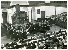 Zanguitvoering door Scheveningse koren in de nieuwe kerk aan de Duinstraat; tijdens de zang van de Christelijke gemengde zangvereniging Prinses Juliana. 1948 Friezer #ZuidHolland #Scheveningen