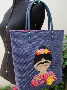 Bolsa Frida em Tecido <br>Toda quiltada, com alças em couro ecológico…