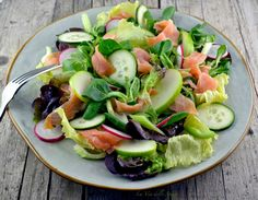 Salad with salmon and green apple – Mixed salad, cucumber … – Winter Holiday Ideas Salad Recipes For Dinner, Healthy Salad Recipes, Lunch Recipes, Low Carb Brasil, Confort Food, Low Fat Yogurt, Grilled Vegetables, Food Humor, Italian Recipes