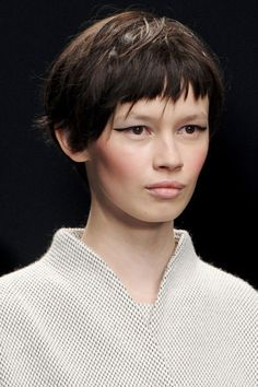 La frange fournie: tendances coiffures défilés automne-hiver 2013-2014 - 70 coiffures pour changer de tête à la rentrée - L'EXPRESS