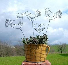 lidunky - zápich Wire Crafts, Fun Crafts, Diy And Crafts, Art Fil, Wire Ornaments, Wire Crochet, Iron Art, Barbed Wire, Bird Cages