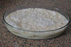 Ingredientes:  6 folhas de gelatina  4 dl de leite de coco  1 lata de leite condensado  4 gemas  bolachas maria, leite e coco ralado q.b   P...