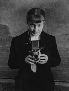 Sabine Weiss, born Sabine Weber Suiss born French photographer - self-portrait 1954 Sabine Weiss, Robert Doisneau, Night Pictures, Pictures Of People, Photographer Self Portrait, Portrait Photography, History Of Photography, Street Photography, Modern Photography