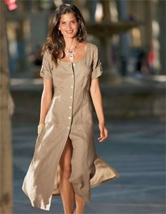 Kette, Breiter Armreif in geschwungener Form, Langes Leinenkleid, Leder-Sandalette mit Fersenriemchen
