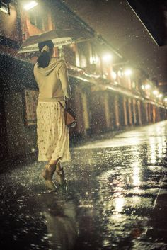 Lighting the way in the rain Rainy Mood, Rainy Night, Walking In The Rain, Singing In The Rain, Rain Pictures, Smell Of Rain, I Love Rain, Rain Go Away, Rain Days