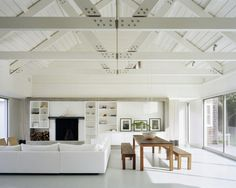 décoration de salon avec poutres apparentes blanches
