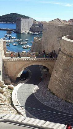 21-09-2015 - Qué bien comenzar el día con esta hermosísima foto de @adrianasantanav  de Dubrovnik ¡Nos ha enamorado! Dubrovnik, Bridges, Mansions, House Styles, Outdoor Decor, Nature, Travel, In Love, Sweetie Belle