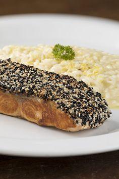 Receita: salmão com crosta de gergelim e risoto de limão siciliano