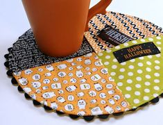 Worlds easiest mug rug (tutorial included)! Everyday I thank the gods of the interwebs for all the smart creative humans who share their brilliance with me.oh, and maybe some other people get to enjoy it too! ~s~ - Decor DIY Small Quilts, Mini Quilts, Fabric Crafts, Sewing Crafts, Scrap Fabric, Quilting Projects, Sewing Projects, Mug Rug Patterns, Quilt Patterns