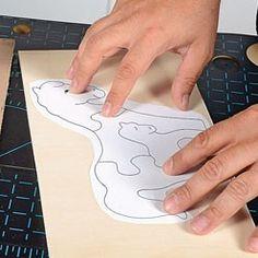 Coller un modèle sur le bois à découper Wooden Crafts, Ice Tray, Silicone Molds, Creations, Cricut, Pattern, Puzzle, Animation, Train
