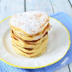 yoghurt pancakes: VOOR 12 PANCAKES 1 ei, 150 gram bloem 1 el suiker 1 tl bakpoeder 1 tl baking soda 1 ei 240 ml magere yoghurt 30 ml water Breakfast Recipes, Snack Recipes, Dessert Recipes, Snacks, Waffles, Pancakes, Tefal Snack Collection, Weith Watchers, Happiness Is Homemade