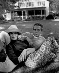 Paul Newman et Joanne Woodward chez eux, à Wesport dans le Connecticut, en 1965.