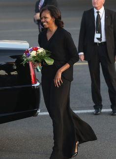 A primeira-dama dos EUA, Michelle Obama, caminha até limousine após desembarcar com o presidente Barack Obama no aeroporto de Tegel, em Berlim. Obama visita na cidade e discursará nesta quarta-feira (19) (Foto: Sean Gallup/Getty Images)