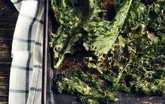 Kale chips just put a new twist on healthy snacking. Kale is a healthy superfood that can be added to any meal for an extra crunch or even just for plate decoration. Healthy Superbowl Snacks, Healthy Snacks For Adults, High Protein Snacks, Snacks Kids, School Snacks, Homemade Kale Chips, Recipes With Parmesan Cheese, Kale Chip Recipes, Ideal Protein