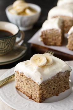 Bananenkuchen - Süß, dicht und voller Geschmack.  Die Frischkäseglasur ist die perfekte Ergänzung.