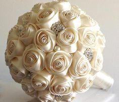 Buquê com flores de cetim.