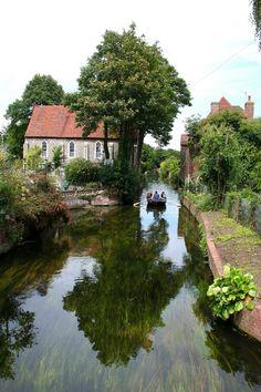 Canterbury, UK. Canterbury /ˈkæntəbri/, en ocasiones con topónimo en español, Cantórbery o Cantuaria, es una ciudad del sureste de Inglaterra, no lejos de Londres, sobre el río Stour, perteneciente al condado de Kent. Es famosa por su bella catedral.