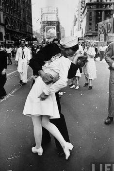 Alfred Eisenstaed's photo - il bacio della vittoria 1945