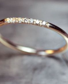 Una delicada alianza de matrimonio en oro y brillantes.