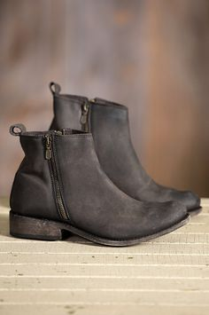 Styled with simplicity and built for resilience, these ankle boots are made of Vegas bovine leather with a naturally broken-in look.