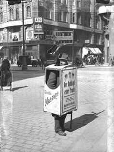 Reklameträger 1935 - Wien Green Label, Street Musician, Street Vendor, Austro Hungarian, Vienna Austria, Life Is Hard, Old World, Past, Medieval