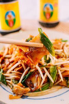 Poor Man's Thai Noodles Chow Fun Noodles, Thai Noodles, Rice Noodles, Asian Noodles, Pasta Side Dishes, Pasta Sides, Food Dishes, Asian Cooking, Easy Cooking