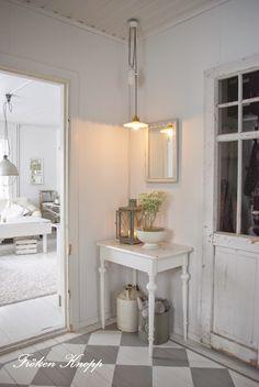 ...Ja, att få till en hall känns väl som ett av husets största dileman, eller?? Alla vill väl ge sina gäster ett varmt välkomna...