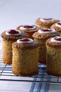 Gluteenittoman runebergintortun valmistus ei ole vaikeaa. Teimme kaksi erilaista ohjetta. Toinen on kostea ja mehevä, toinen klassisesti vähän kuivempi. Kumpi on sinun suosikkisi? Muffin, Breakfast, Food, Morning Coffee, Essen, Muffins, Meals, Cupcakes, Yemek