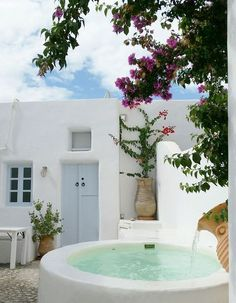 🌟Tante S!fr@ loves this📌🌟Une mini piscine à Santorini en Grèce. Jacuzzi, Mini Piscina, Mini Pool, Greek House, Small Pools, Pool Designs, Interior And Exterior, Modern Interior, Interior Design