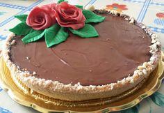 Frolla alla nocciola con ganasce al cioccolato 45% su fondo di croccante. Decorazione floreale in PdZ.