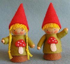 Gnomes, so many wonderful gnomes! Kits to make gnomes from Atelier Pippilotta Wood Peg Dolls, Clothespin Dolls, Waldorf Crafts, Waldorf Dolls, Dance Crafts, Little Doll, Felt Dolls, Doll Crafts, Autumn Theme