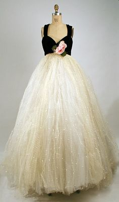 Vintage Dresses Evening dress with trained tulle skirt, by Sarmi for Elizabeth Arden, American, - Vintage Gowns, Vintage Outfits, Vintage Clothing, Dress Vintage, 1950s Fashion, Vintage Fashion, Retro Mode, Moda Vintage, Vintage Couture