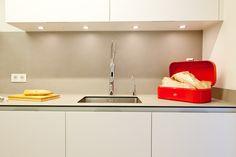 SANTOS kitchen | Diseño de cocina Minos L en Blanco, con encimera en material porcelánico. Proyecto realizado por Clysa en Cornellá de Llobregat, Barcelona. Fotografía de Krys Moya http://www.krismoya.es/