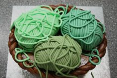 Almost too pretty to eat! Step-by-step yarn cake tutorial by CakeJournal.com #knitting cake ~Jaime