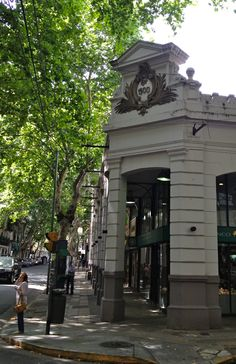 Fachada de 1900 en su interior funciona un supermercado. Vicente López y Rodríguez Peña. Buenos Aires. Argentina.