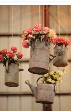 Als je teveel ijzeren gieters huis hebt staan, kun je die goed gebruiken om er bloemen in te doen!
