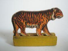 Dresdner Pappe Presspappe geprägte Pappe beidseitig Katze Tiger alt a7