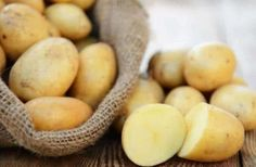 Did you know, potato juice is beneficial to you in more ways than you can imagine? Read on to know all the benefits of potato juice for your skin & health. Eating Raw Potatoes, Making Mashed Potatoes, Potato For Skin, Pasta Integral, Benefits Of Potatoes, Potato Juice, Healthy Carbs, Eat Healthy, Slim Fast