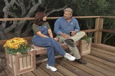 Learn how to build an outdoor planter bench; includes step-by-step instructions along with tips, materials, and tools lists. Backyard Projects, Outdoor Projects, Home Projects, Outdoor Planters, Outdoor Gardens, Outdoor Benches, Planter Bench, Bench Plans, Wood Plans