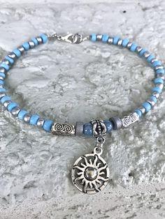 Dieses hübsche Sommer-Fußkettchen im Boho-Stil besteht aus hellblauen Glasperlen, . Ankle Jewelry, Boho Jewelry, Beaded Jewelry, Jewelery, Women Jewelry, Beaded Bracelets, Feet Jewelry, Girls Jewelry, Jewelry Gifts