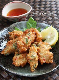 タイのさつま揚げ「トートマン・クン」を鶏むね肉で作ってみました。ネットで調べてみると「トート」は油で揚げる「マン」は練る「クン」は海老、鶏肉は「ガイ」。 なので今回私が作ってみたのは「トートマン・ガイ」なのでしょうか? Tofu Recipes, Asian Recipes, Chicken Recipes, Cooking Recipes, Healthy Recipes, Ethnic Recipes, Asian Foods, Healthy Food, Finger Food Appetizers